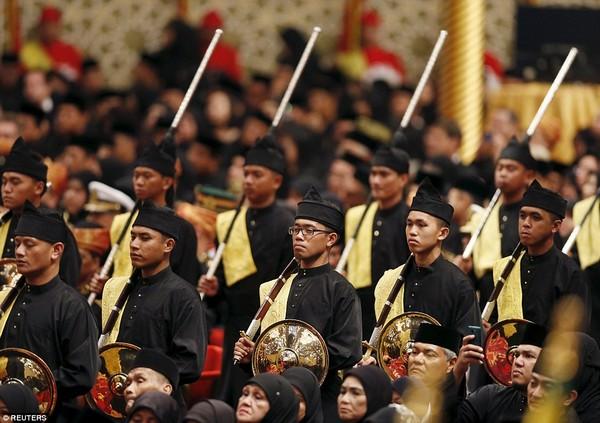 Sau khi nghi lễ đám cưới truyền thống hoàn tất, 1 bữa tiệc xa hoa sẽ được tổ chức ngay tại hội trường của cung điện với sức chứa lên tới 5.000 khách.