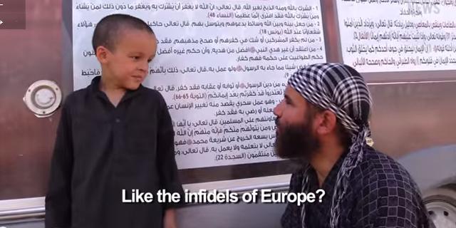 """""""Abdullah the Belgian"""" mang theo con trai 6 tuổi, từ Bỉ đến Syria để theo IS. Hắn tagieo vào đầu con trẻ lòng thù hận và liên tục lặp lại câu hỏi: """"Con muốn làm gì?"""" – """"Một chiến binh thánh chiến"""", cậu bé trả lời và sau đó quay sang hỏi bố rằng như thế đã đúng chưa.Ảnh: clarionproject.org"""