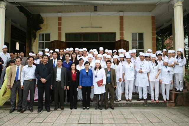 Bộ trưởng chụp ảnh lưu niệm cùng các cán bộ Bệnh viện đa khoa tỉnh Thanh Hoá