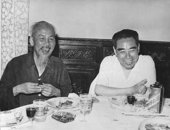 Bác Hồ tiếp đón Thủ tướng Trung Quốc Chu Ân Lai khi ông Chu đến thăm Hà Nội năm 1960.