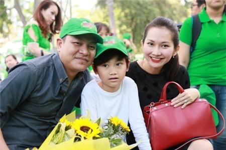 Kim Hiền hạnh phúc khoe bụng bầu 3 tháng bên chồng con - 1