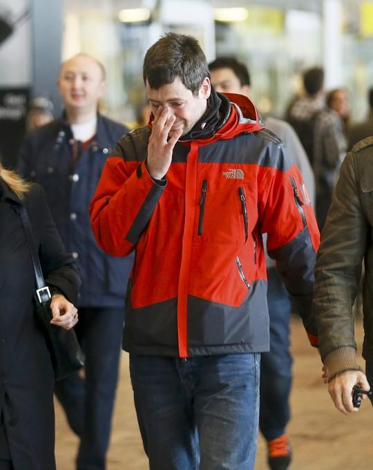 Người thân của hành khách đi trên chiếc máy bay xấu số của hãng hàng không Germanwings tại sân bay El Prat ở TP Barcelona. Ảnh: Reuters