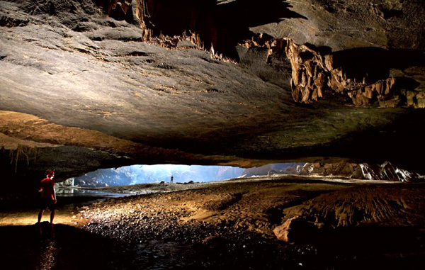 Để vào được Sơn Đoòng, bạn phải vượt qua được hang Én khổng lồ.
