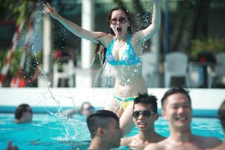 Các thành viên vui đùa thỏa thích dưới làn nước mát lạnh