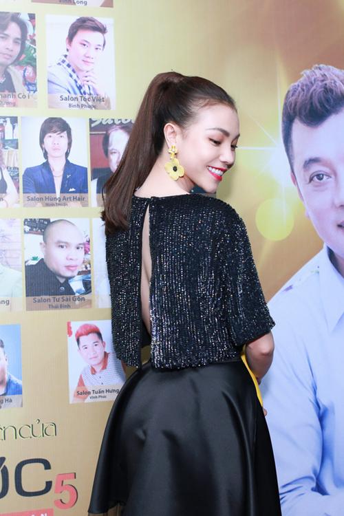 Áo crop top hở lưng và chân váy xoè kết hợp vải xuyên thấu giúp Trà Ngọc Hằng nổi bật khi xuất hiện tại một sự kiện.