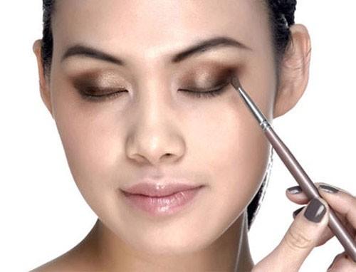 Tránh eyeliner: Eyeliner dù là dạng lỏng hay dạng chì, đều bị lem hay chảy khi thời tiết nóng ẩm. Nếu bạn vẫn muốn kẻ eyeliner, bạn nên dùng phấn mắt màu tối thay vì các sản phẩm kẻ mắt đúng. Phấn mắt không bị chảy hay lem mà vẫn có công dụng như các sản phẩm eyeliner thường dùng.