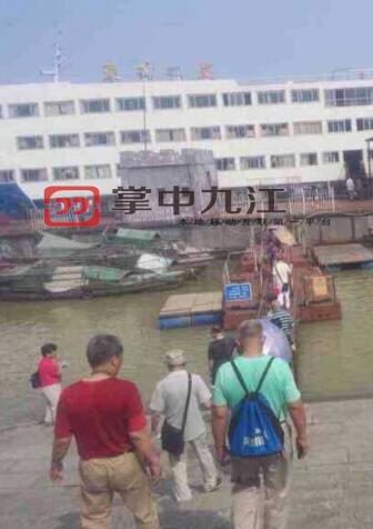 Bức ảnh chụp một nhóm hành khách Ngày 1/6, một số khách du lịch bước lên tàu Ngôi sao phương Đông.