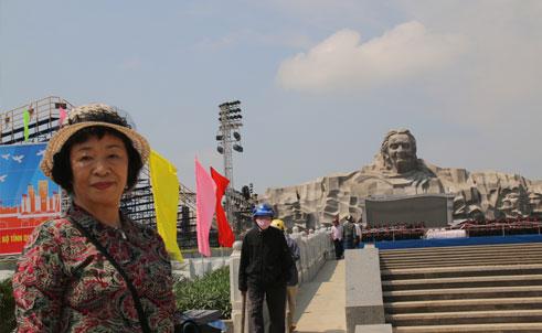 Nữ nhà văn Nhật Bản – bà Hiramatsu Tomoko trước tượng đài Mẹ VNAH.