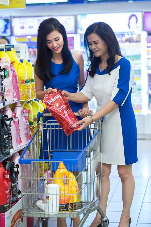 Đông Nhi chọn nước xả vải gói lớn theo sự gợi ý của mẹ với giá tiết kiệm hơn