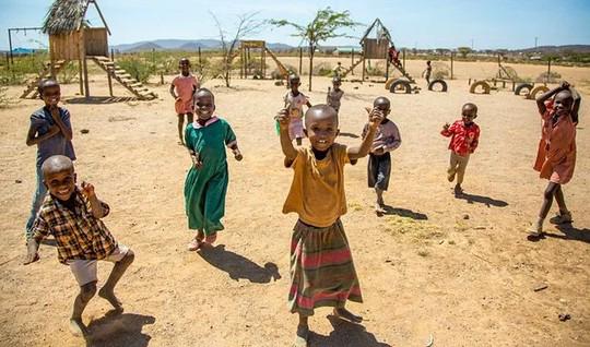 Ngôi làng toàn phụ nữ và trẻ em. Ảnh: HowAfrica
