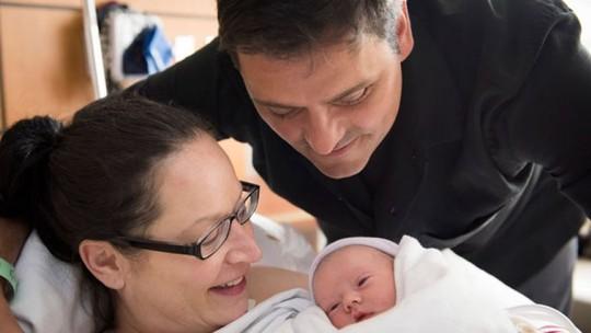 ...và chào đón con gái đầu lòng. Ảnh: Fox News