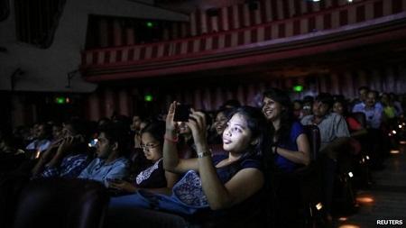 Bộ phim đã có 1.009 tuần chiếu phim liên tiếp. Trong ảnh, một người xem đang chụp lại màn ảnh.