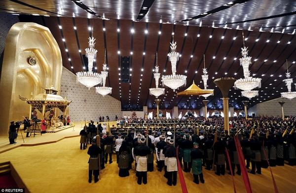 Đám cưới được tổ chức theo nghi lễ truyền thống với sự góp mặt của rất đông bạn bè, người thân, những người thuộc tầng lớp quý tộc và cả quan chức nước ngoài như 7 quan chức cấp cao đến từ Malaysia, Thống đốc Ả Rập Saudi.