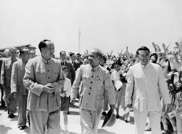 Chủ tịch Trung Quốc Mao Trạch Đông đón Chủ tịch Hồ Chí Minh tại sân bay ở Bắc Kinh vào ngày 25/6/1955.