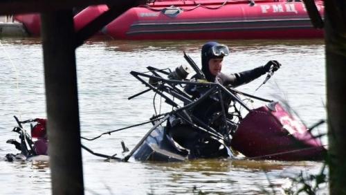 Thợ lặn trục vớt mảnh vỡ máy bay sau vụ tai nạn. Ảnh: DPA