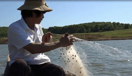Ông Sỏ làm nghề chài lưới ở hồ Trúc Kinh, cũng là người đã cứu bé Hân trên lưng mẹ chết đuối