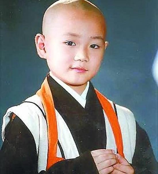 2. Tào Tuấn: Tào Tuấn học võ từ nhỏ và trở nên nổi đình nổi đám với vai Khai Tâm trong bộ phim truyền hình Chân mệnh Tiểu hòa thượng. Gương mặt lanh lợi, dễ thương cùng diễn xuất tự nhiên của cậu