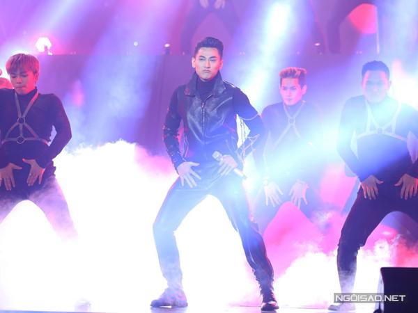 Đội Isaac cover ca khúc hit của giám khảo Hồ Ngọc Hà Xin hãy thứ tha. Nam ca sĩ hát hoàn toàn khác so với bản gốc.