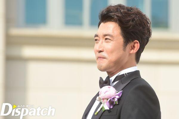 Ahn Jae Wook nổi tiếng trong thập niên 90 với nhiều bộ phim ăn khách trên màn ảnh nhỏ như Ước mơ vươn tới một ngôi sao, Hoa hướng dương, Tạm biệt tình yêu của tôi, Những người bạn tinh nghịch…Cô dâu của anh là diễn viên nhạc kịch Kim Hyun Joo, kém anh 11 tuổi. Cả hai công khai tình cảm vào tháng 1.