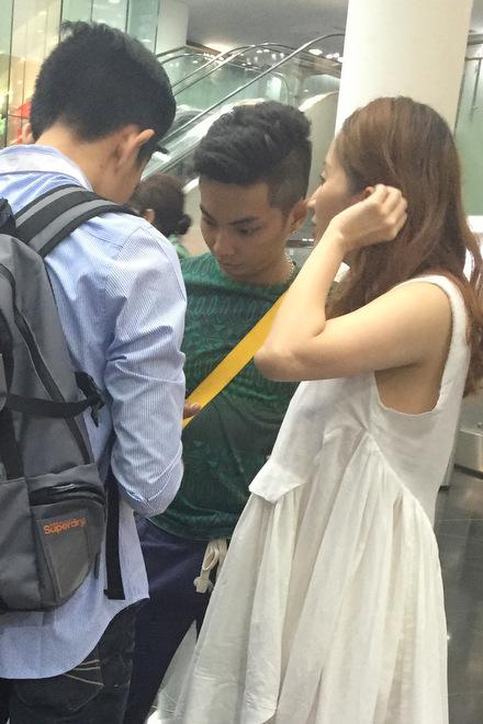 Cô và Phan Hiển có hẹn với hai người bạn. Cả nhóm trao đổi với nhau một lúc rồi ra về.