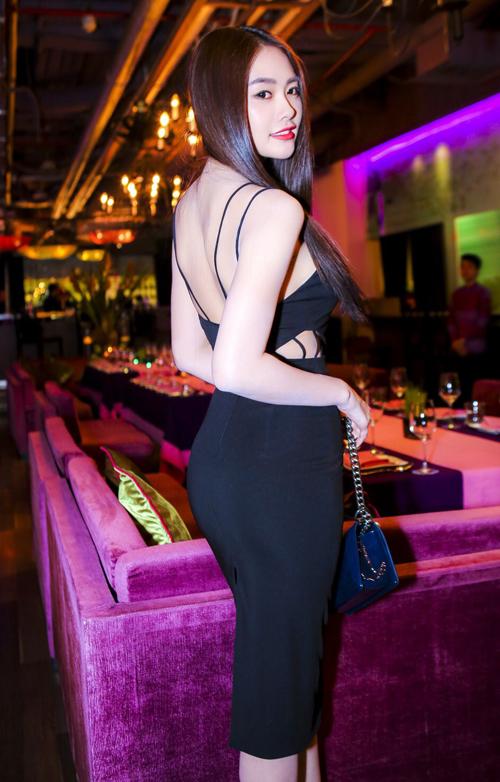 Á khôi Miss Ngôi sao - Linh Chi cũng thể hiện tinh thần mặc hợp mùa, hợp mốt khi chọn lựa váy cut out cùng điểm nhấn dây đan.