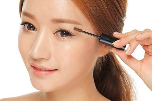 Mascara: Nếu bạn muốn sử dụng mascara, hãy chọn mascara tông màu nâu thay vì màu đen. Nên chuốt mascara một lần để mắt bạn trông đẹp mà vẫn tự nhiên.