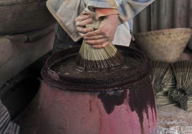 Theo Fu, quy trình sản xuất không phức tạp, thậm chí là nhàm chán. Người đàn ông này cầm khoảng 100 que tre và nhúng vào nước để làm ẩm. Sau đó, ông sẽ nhúng chúng vào lớp bột màu.