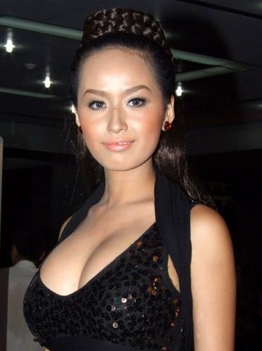 Hoa hậu, Mai Phương Thúy, cơ thể bất thường