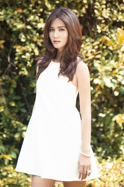 Diễn viên Kim Tuyến khoe hình ảnh trong trẻo dưới nằng hè với trang phục váy sát nách màu trắng thanh nhã.