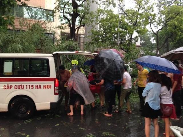 Nhờ sự hỗ trợ của quần chúng nhân dân cùng sự có mặt kịp thời của cảnh sát giao thông, lực lượng cứu thương mà nạn nhân đã được gỡ ra khỏi cây đổ và đưa đi cấp cứu.