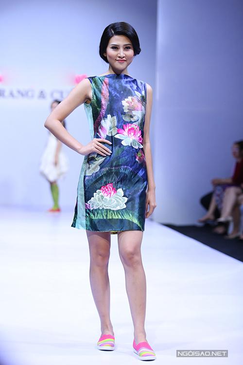Hoạ tiết cánh sen nhẹ nhàng và nữ tính cũng được khai thác và mang đến nét điệu đà cho những mẫu váy mùa hè.