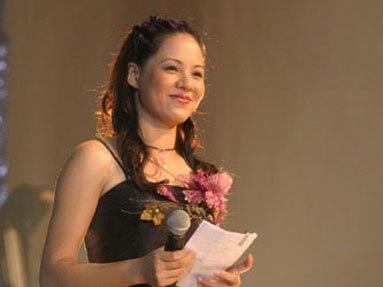 Diễm Quỳnh bước chân vào ngành truyền hình từ năm 1997, ngay sau khi lấy được bằng thạc sĩ tại Bắc Kinh. Chị đã gắn bó với công việc MC, BTV ở VTV 10 năm cho tới khi VTV6 ra đời. Hiện tại, Diễm Quỳnh là phó trưởng ban VTV6. Là người của công chúng song nữ MC 7X hiếm khi chia sẻ về cuộc sống riêng tư. Chị từng cho biết, những tin đồn bủa vây từng mang lại không ít phiền toái cho cá nhân và gia đình.