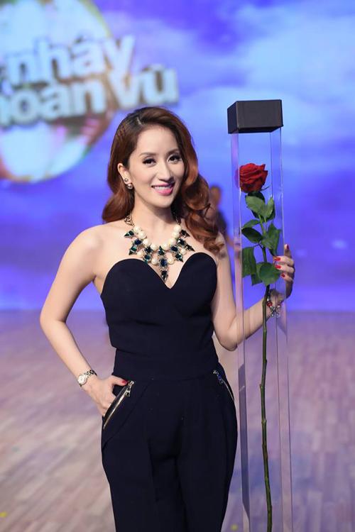 Khánh Thy khoe vai trần gợi cảm với mẫu jumpsuit thiết kế đẹp mắt.