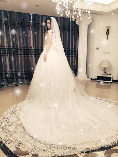 Chiếc váy cưới cầu kì của hot girl Hà thành