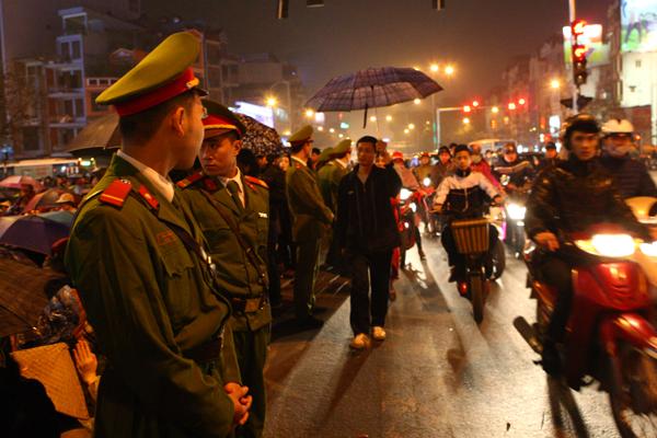 Lực lượng công an đứng baophía vòng ngoài khu vực dành cho người dân tới dự lễ.