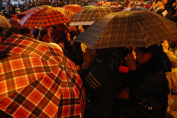 Thành tâm cầu nguyện dưới mưa