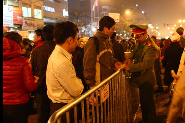 Lực lượng công an phải thiết lập hàng rào để bảo đảm trật tự.