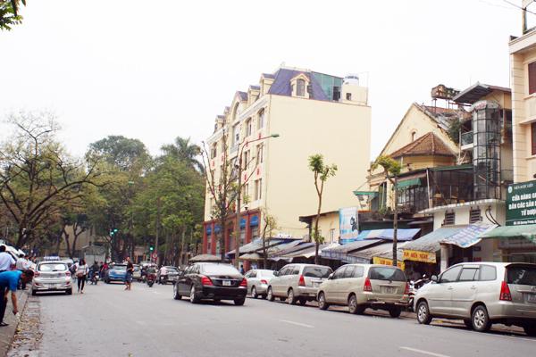 Một góc phố Quang Trung đã vắng hẳn đi nhiều bóng mát.