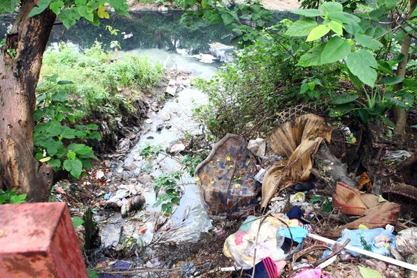 Một rãnh xả nước thải đổ ra sông Nhuệ.