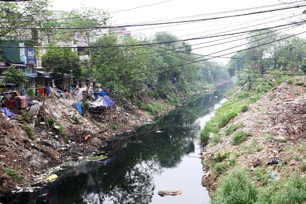 Một nhánh sông Nhuệ đang dần bị thu hẹp bới rác thải.