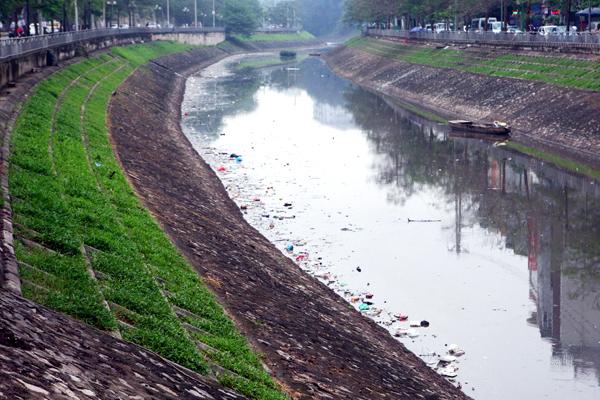Hàng trăm mét mặt sông Tô Lịch(đầu đường Bưởi) bị rác thải bao phủ.