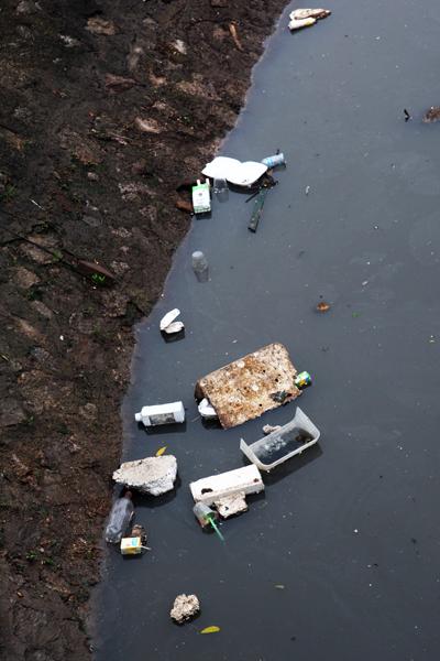 Ý thức con người là một trong những nguyên nhân chínhgây nên sự ô nhiễm cho các con sông.