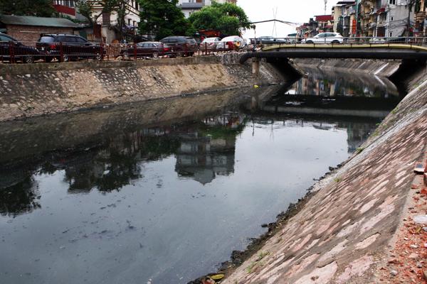Hai bên bờ sông Sét được được kè đá, lòng sông thì vẫn đen nhánh một màu.