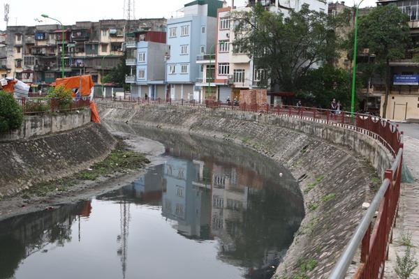 Sông Lừ do nhiều năm bị bùn bồi đắp nên nhiều đoạn chỉ sâu vài chục cm.