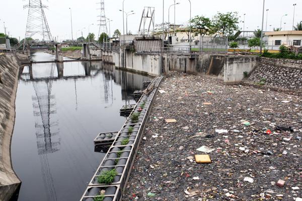 Khu vực tách luồng rác trước khi vào Nhà máy xử lý nước thải Yên Sở.