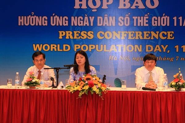 Thứ trưởng Bộ Y tế Nguyễn Viết Tiến, bà Ritsu Nacken - Quyền trưởng Đại diện UNFPA tại Việt Nam và ông Lê Cảnh Nhạc - Phó Tổng cục trưởng Tổng cục DS-KHHGĐ điều hành cuộc họp báo