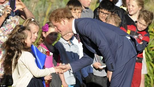 Harry thân thiện giao lưu với người dân New Zealand. Ảnh: AP