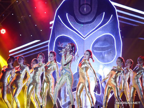 Đội Đông Nhi mang đến ca khúc Hot - hit của ca sĩ Thu Minh. Nữ ca sĩ tiến bộ vượt bậc về khả năng hát live khi khoe được quãng giọng cao, làn hơi khỏe. Đông Nhi còn khiến khán giả thót tim bởi những động tác nguy hiểm trên sân khấu.