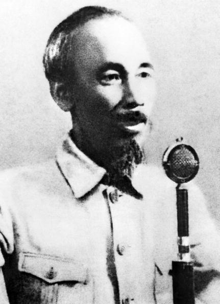 Chủ tịch Hồ Chính Minh đọc Tuyên ngôn Độc Lập tại Quảng trường Ba Đình ở Hà Nội vào ngày 2/9/1945.