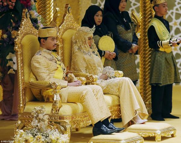 Hoàng tử Abdul Malik (31 tuổi) đã trao lời thề ước cùng cô dâu Dayangku Raabiatul Adawiyyah Pengiran Haji Bolkiah (22 tuổi) tại cung điện 1.788 phòng của Quốc vương Hassanal Bolkiah ở thủ đô Bandar Seri Begawan.